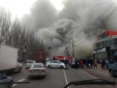 Масштабна пожежа в Одесі: горить відділення Нової пошти, меблевий цех і шиномонтаж (фото, відео)
