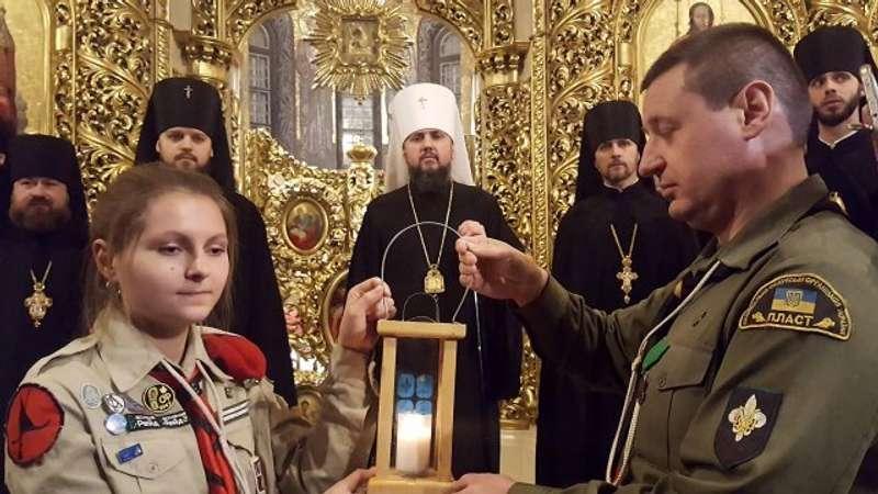 Предстоятелю Православної церкви України передали Вифлеємський вогонь миру
