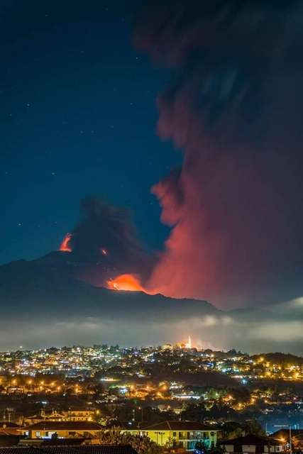 Сніг і полум'я: у мережі показали виверження вулкана на Сицилії (фото, відео)