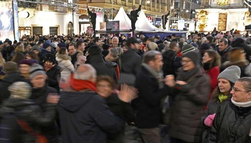 У центрі Відня святкувати Новий рік ще з обіду зібралися 350 тисяч осіб