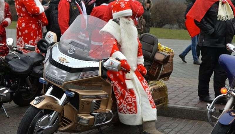 Києвом проїхав парад Дідів Морозів-байкерів. Не забули й про подарунки сиротам