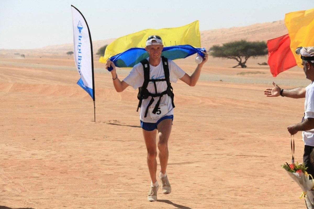 Пекельний забіг: як українець здобув перемогу на ультрамарафоні в пустелі ОАЕ