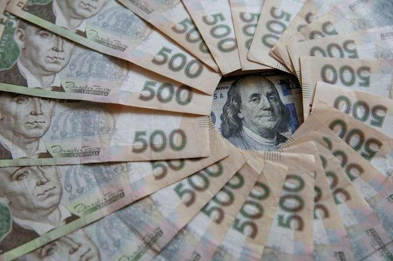 Перед різдвяними вихідними гривня здала позиції щодо долара та євро