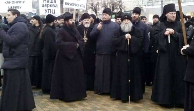 Православні священики Московського патріархату вийшли на пікет ОДА