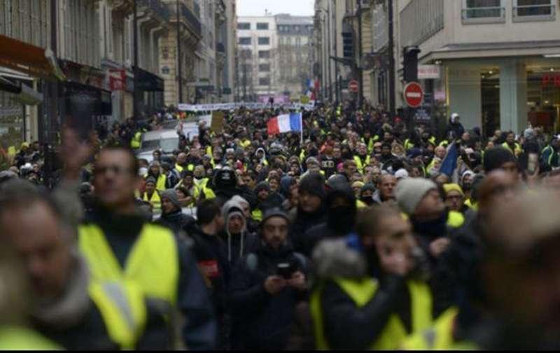 Протести жовтих жилетів у Франції: поліція застосувала сльозогінний газ
