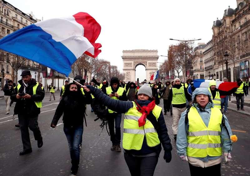Жовті жилети у Франції знову збираються на протести
