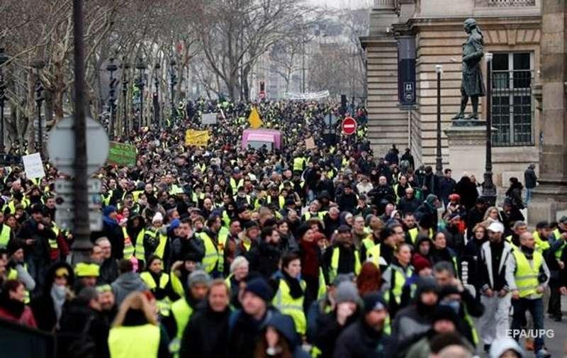 Протести жовтих жилетів у Франції: Макрон пообіцяв покарати винних