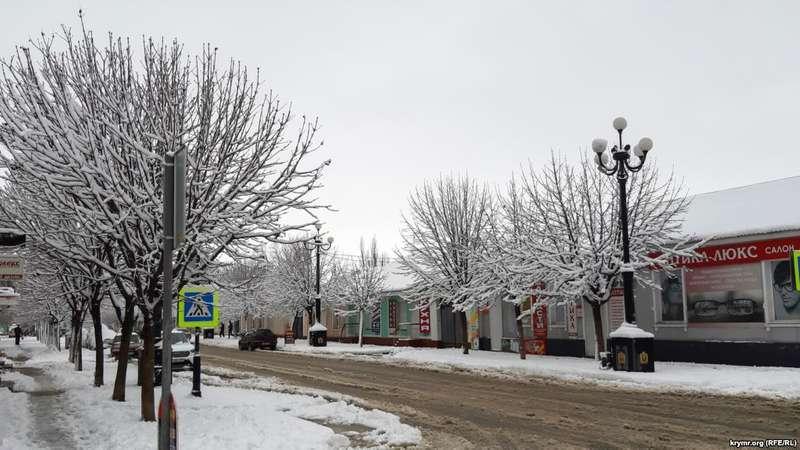 Через снігопади тисячі жителів окупованого Криму залишились без світла