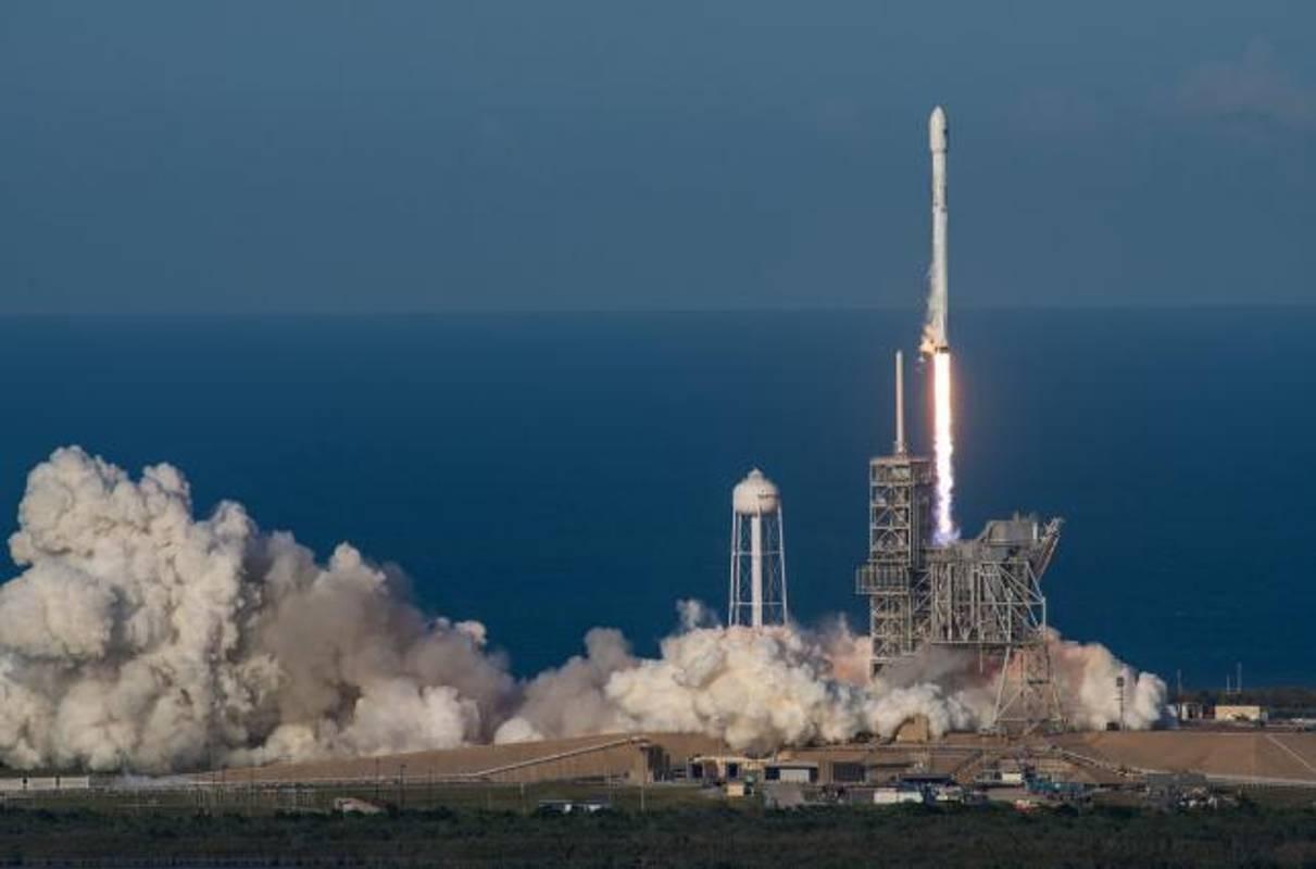 SpaceX успішно запустила ракетуFalcon-9 із десятьма супутниками