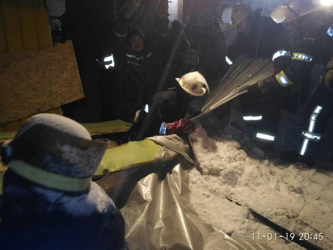 Під тягарем снігу провалилася покрівля торгового павільйону. Є постраждалі (відео)