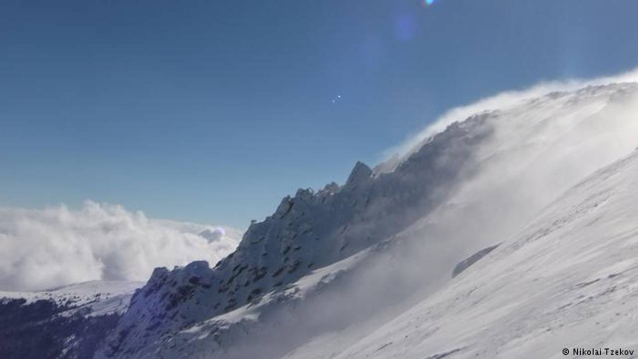 Європу засипає снігом: в Болгарії під лавиною загинули двоє сноубордистів