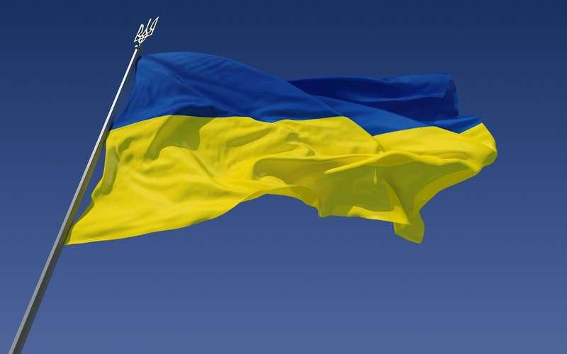 Засудили чоловіка, який порвав на шматки державний прапор