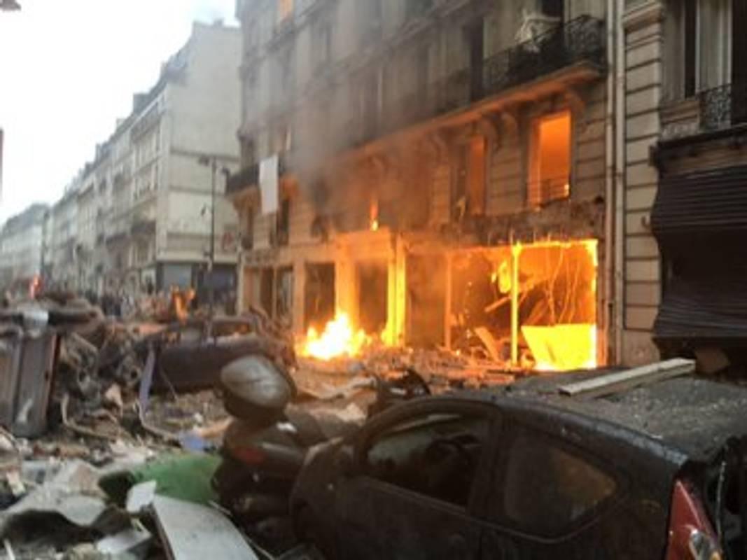 Без ранкових круасанів: потужний вибух зруйнував пекарню в центрі Парижа