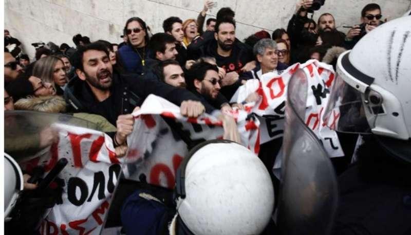 Грецькі освітяни побилися з поліцією під стінами парламенту