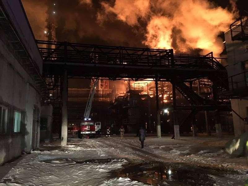 Пожежу на заводі Карпатнафтохім ще не загасили