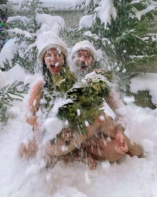 З одягу - лише віники: Бабкін скупав свою Сніжану в снігу
