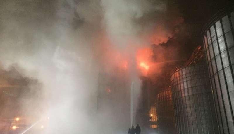 Пожежу на олійному заводі Майола гасять підрозділи з кількох районів