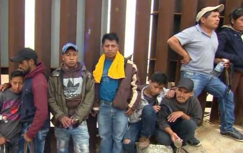 Стіна Трампа не допомогла: сотні мігрантів перетнули кордон через підкоп