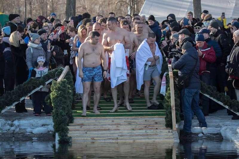 Кличко привів до ополонки на Водохреще три десятки мерів (фото)