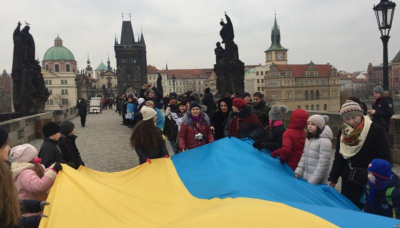 Українці утворили ланцюг єдності на Карловому мості в Празі