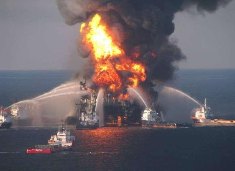 Пожежа біля Керченської протоки: судна причетні до незаконних поставок газу в Сирію