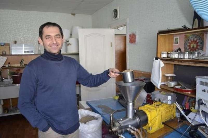 Ідея для бізнесу. Українець створив міні-завод, де чавлять олію із насіння та кісточок різних рослин