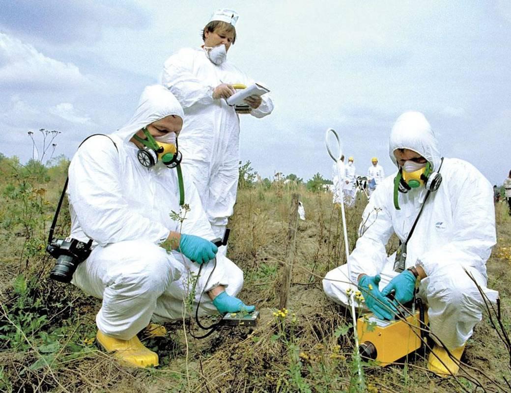 1999 рік. Фахівці проводять контрольні виміри рівня радіаційного забруднення на місці знесеного піс-