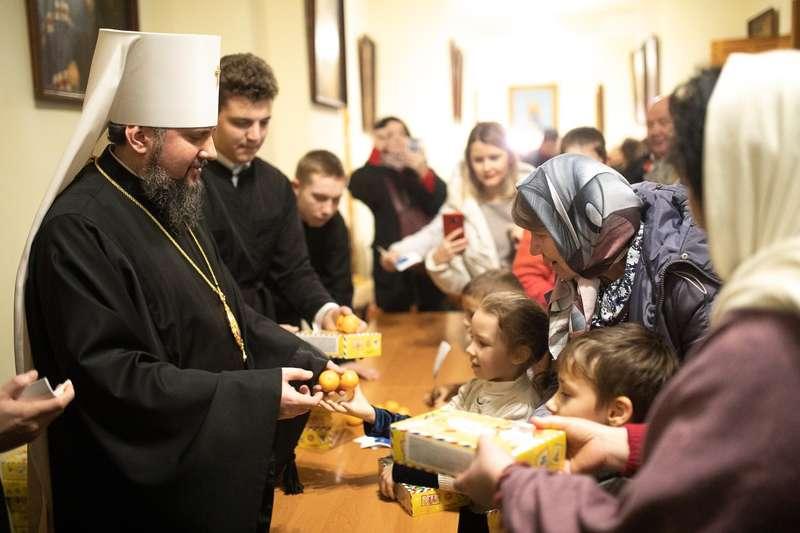"""Святий Миколай мандрує Україною разом з """"АТБ"""" та виконує побажання малечі"""