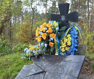 Такий вигляд меморіал мав після першого акту вандалізму у 2015 році