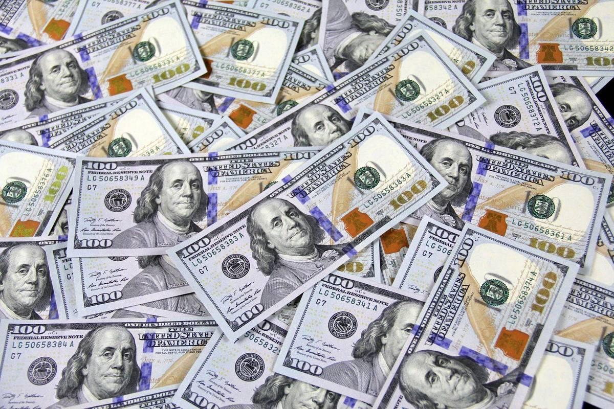 Долари прилетіли. НБУ каже, що забезпечив банки готівковою валютою