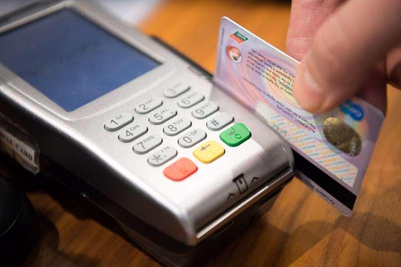 Зарплатна картка під арештом. Дедалі частіше банки блокують соціальні рахунки боржників