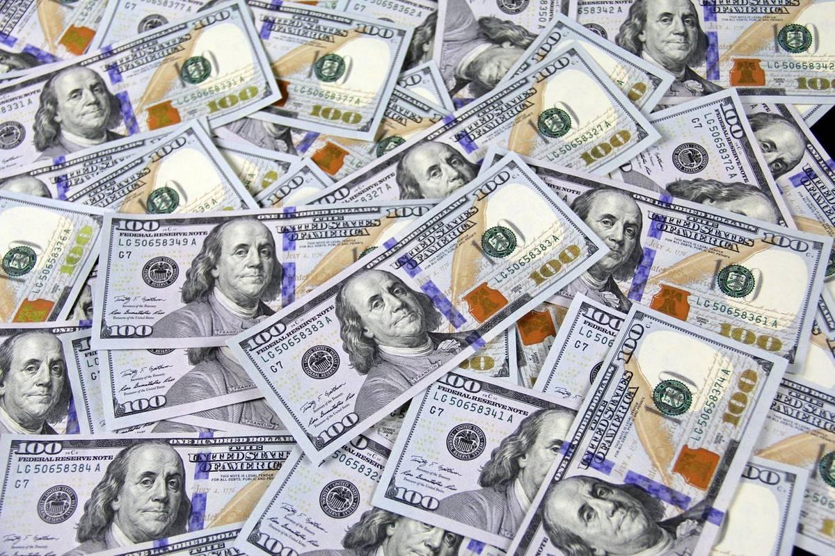 Долар впав нижче 28 гривень. Що буде з курсом далі?